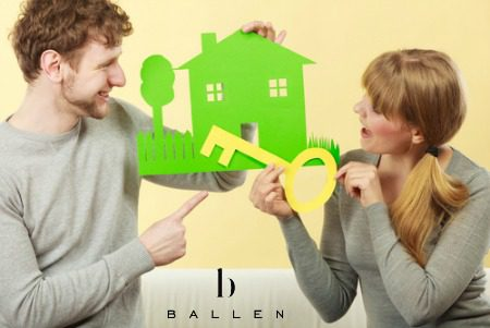 Young couple, man holds a green house, woman holds a yellow key, ballen logo is showing
